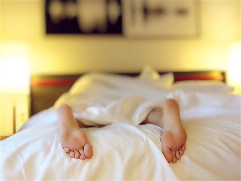 日本人の睡眠時間は他の国より短い